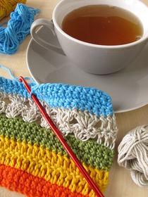 Eine Häkelarbeit und eine Tasse Tee von Heike Rau