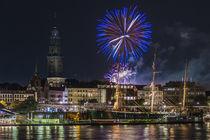 Feuerwerk über den Landungsbrücken von Jan Adenbeck