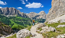dolomiti - hiker in badia valley von Antonio Scarpi