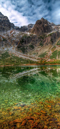 Reflection of mountain lake von Tomas Gregor