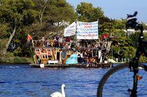 Kreativer Protest mit Schwan und Fahrrad Berlin 3. Oktober 2014 von mateart