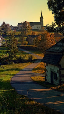 Dorfblick mit Kirche und Hügel | Landschaftsfotografie by Patrick Jobst