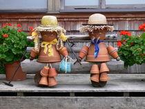 Blumentopfmännchen auf einer Bank - Flowerpot Males von Mark Gassner