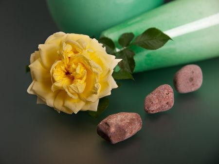 Gelbe-rose-mit-steinen