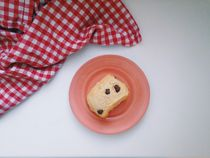 Breakfast muffin scone pastry on plate with tea towel von Kirsty Lee