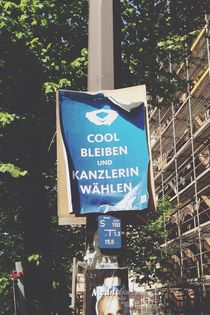 Street sign poster in german keep calm meme  von Kirsty Lee