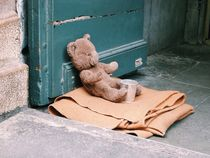 Teddy bear abandoned on street  von Kirsty Lee