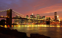 Brooklyn Bridge und Skyline bei Nacht by buellom
