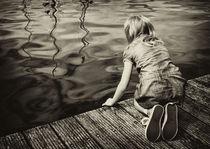 Mädchen auf dem Steg by Manuela Trost