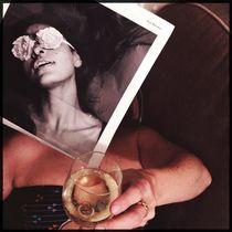 Frau mit Glas Weisswein in der Küche von flo reichART