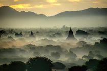 Im Ballon im Morgendunst über Bagan, Myanmar by marie schleich