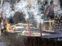 In der Pagode - Räucherstäbchen, Myanmar von marie schleich