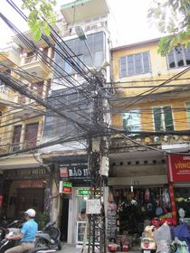 Kabelchaos in Hanoi by Barney Rothsteen