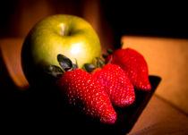 Green apple and strawberries von Gema Ibarra