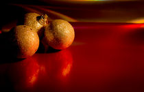 Christmas golden baubles on red background von Gema Ibarra