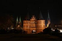 Holstentor bei Nacht by fotowelt-luebeck
