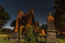Kirche und Friedhof bei Nacht in Ostfriesland by bildwerfer