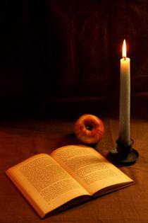 Kerze, Buch und Apfel von Olga Sander