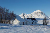 Scottish Cottage and Mountain in the Snow von Derek Beattie