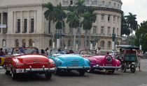 Red, blue, pink Oldtimer in front of El Capitolo Cuba, Havanna von Kim Schindhelm
