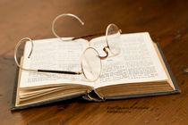 Brille auf Buch von Kurt Gruhlke