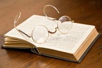 antike Brille mit Buch von Kurt Gruhlke