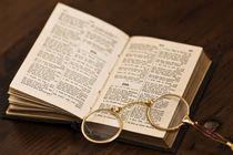 Brille liegt in aufgeschlagenem alten Buch von Kurt Gruhlke