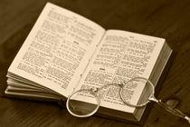 antikes Buch mit Brille von Kurt Gruhlke
