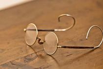 alte Brille liegt auf dem Tisch  by Kurt Gruhlke