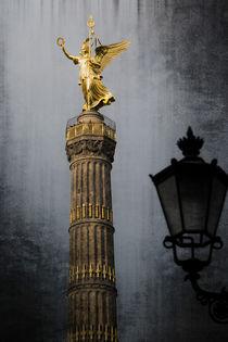 Siegessäule mit Straßenlaterne by Kurt Gruhlke