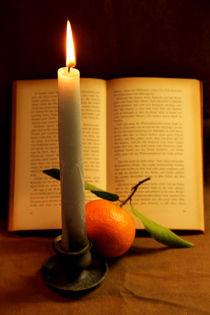 Brennende Kerze mit Buch und Mandarine von Olga Sander