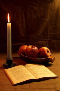 Drei Äpfel, Buch und Kerze von Olga Sander