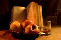 Drei Äpfel, Buch und Whiskeyglas von Olga Sander