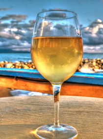 Weisswein am Meer von Peter Bergmann