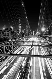 Brooklyn Bridge by night - New York City (monochrome) von Sascha Kilmer