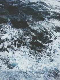 Sea Waves x Calm Water  von Paulina J. Kozlowska