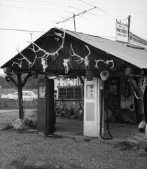 Old Gas Station, Pine, Arizona 1977 von Ron Frazer