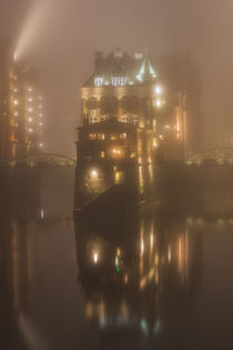 Fleetschlösschen in Nebel by Britta Loose-Buhr