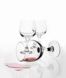 wine glass with red wine splashed von Arletta Cwalina