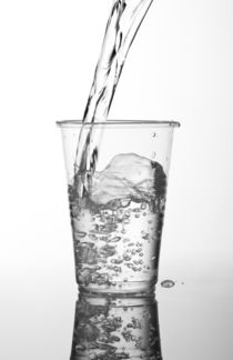 water filling transparent expendable cup von Arletta Cwalina