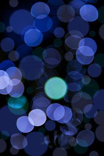 Blue bokeh circles blurry texture von Arletta Cwalina