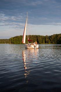 One white boat sailing view von Arletta Cwalina