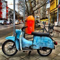 Blaue Vespa von Ligia Fascioni