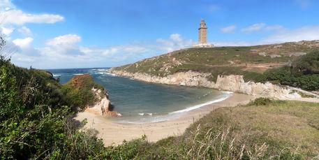Herkules-leuchtturm-mit-strandbucht