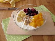 Dickmilch mit Früchten, Getreideflocken und Chiasamen by Heike Rau