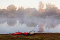 Canoes by a Foggy Lake in Autumn von Sharon Foelz