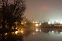 Häuser am Fluss im Nebel von gilidhor