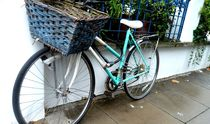 Fahrrad altes Hollandrad am Geländer Hauswand Zaun von Sarah Katharina Kayß