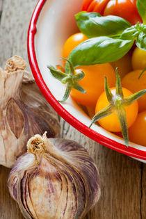 Kleine Tomaten in Schale - Small tomatoes in bowl von Thomas Klee