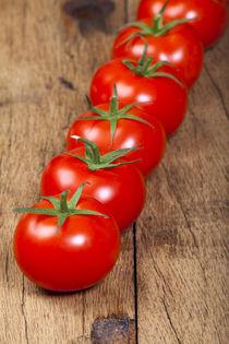 Fleischtomaten in der Reihe - Beef tomatoes in a row by Thomas Klee